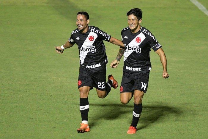 Yago Pikachu e Germán Cano celebram um dos gols do Cruzmaltino na importante vitória sobre o Galo