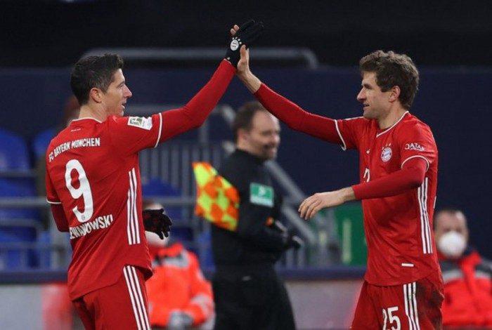Bayern goleia o lanterna Schalke e segue isolado na liderança do Alemão