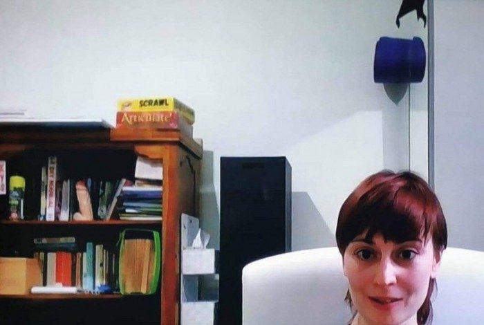 Gafe! Mulher esquece brinquedo erótico em estante durante entrevista ao vivo