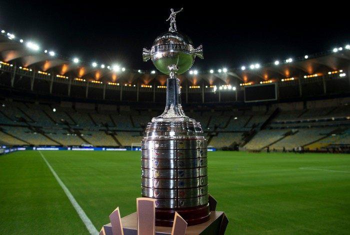 A taça da Libertadores exposta no estádio do Maracanã