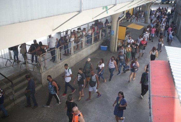 Movimentação de passagueiros no BRT de Madureira após a paralização no dia anterior.