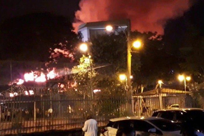 Incêndio em galpão localizado em Bonsucesso, na Zona Norte do Rio. Não houve vítimas.