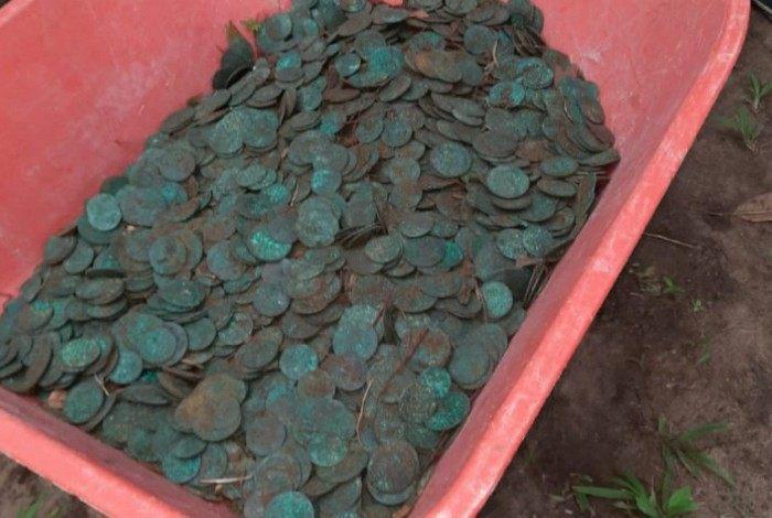 Moedas encontradas com mais de 200 anos encontradas no quintal da casa