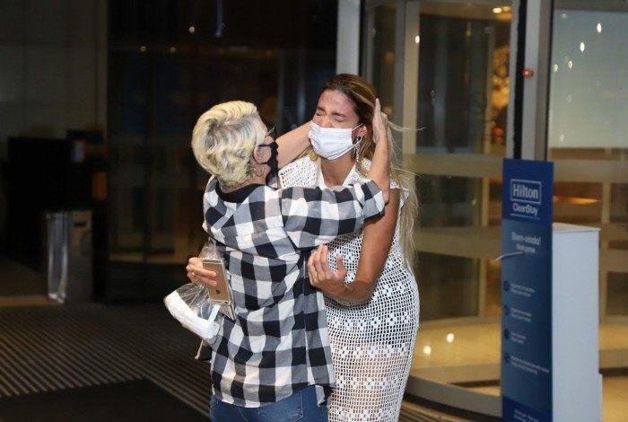 Kerline chora muito ao reencontrar a mãe em hotel na Barra da Tijuca, na Zona Oeste do Rio, na noite desta terça-feira