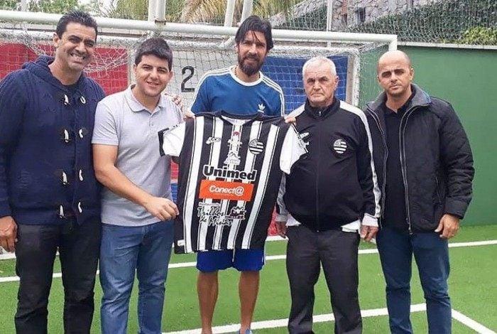 Loco Abreu posa com a camisa do Athletic Club Futebol