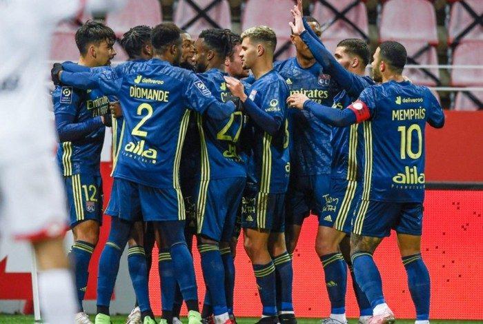 Jogadores do Lyon celebram o gol marcado por Lucas Paquetá