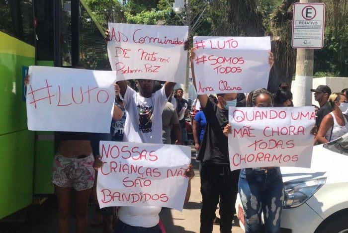 Familiares levaram cartazes para protestar durante o velório