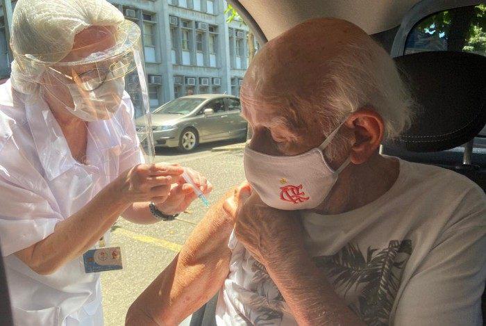 Oscar Rabello, de 97 anos, recebendo a vacina de Oxford/AstraZeneca