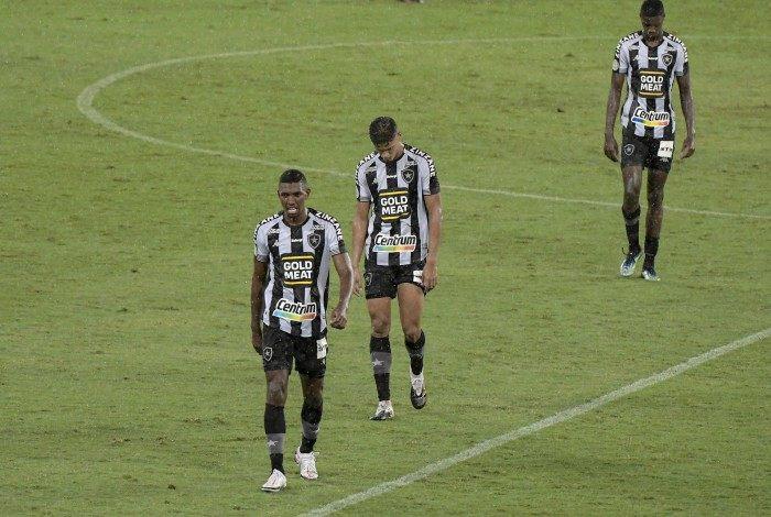 A imagem da desolação: alvinegros na saída de campo após a sofrida derrota para o Sport
