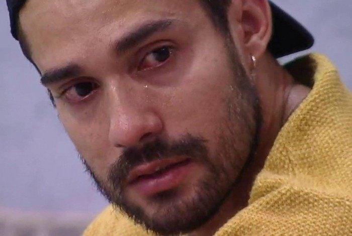 Arcrebiano chora: 'Eu era uma pessoa anônima, eu era feliz, agora estou triste'