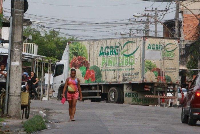 Caminhão atravessado na via na Vila Aliança, Zona Oeste do Rio