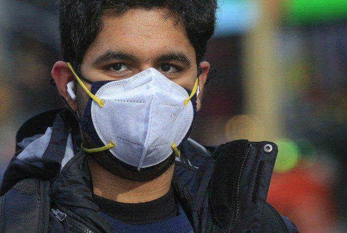 Segundo estudo, usar duas máscaras sobrepostas ou uma máscara cirúrgica justa oferece proteção aprimorada contra covid