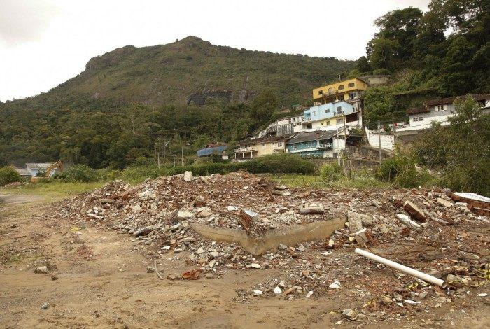Demolição de imóveis interditados no bairro da Posse  em Teresopolis
