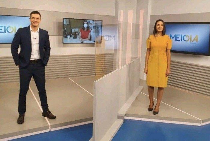 Afiliada da Globo instala muro de acrílico entre os apresentadores do 'Meio-Dia Paraná'