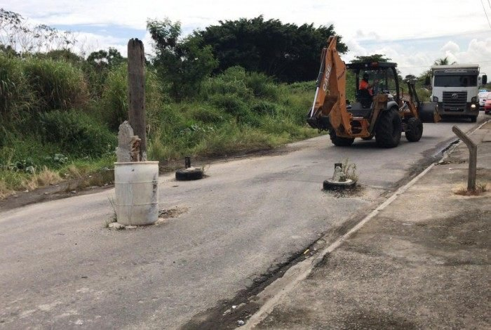 Retroescavadeira removeu todas as barricadas do Sem Terra e ruas estão liberadas