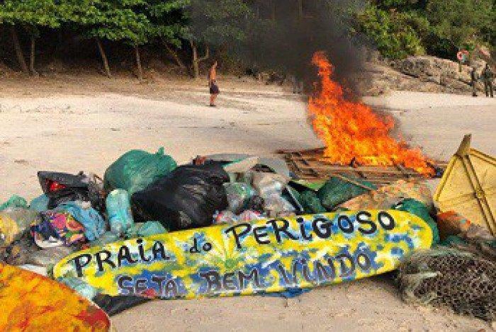 Material apreendido foi queimado na Praia do Perigoso