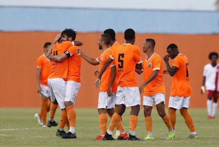 Jogadores do Nova Iguaçu comemoram o gol da vitória sobre o America