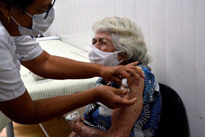 Vacinação para idosos acima de 90 anos segue até sexta, dia 12, segundo a SMS