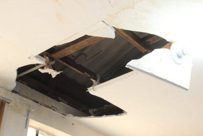 Uma sala foi parcialmente interditada porque parte do teto caiu