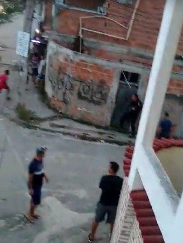 Policial invade cada na Cidade de Deus enquanto grupo protesta contra excessos
