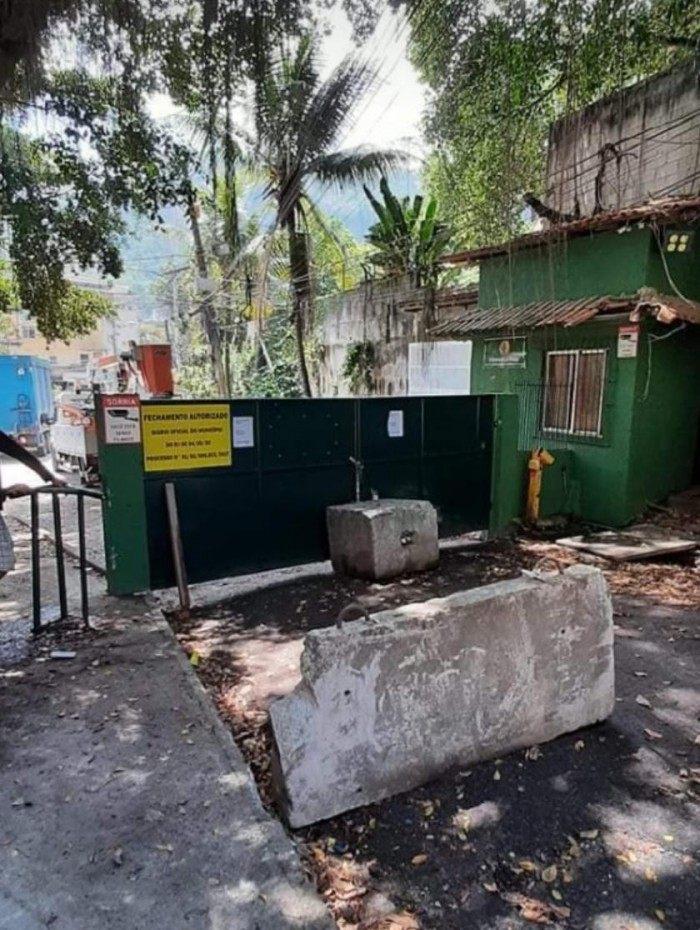 Moradores da comunidade do Pica-pau interditam principal via de acesso para moradores das comunidades da Muzema e Tijuquinha