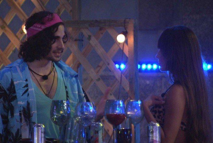 Fiuk tenta dizer para Thais que não quer fazer casal, mas ela insiste: 'Você não tem carinho por mim?'