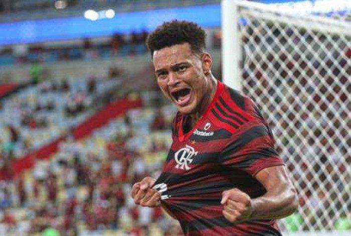 Rodrigo Muniz comemorando seu primeiro gol pelo time profissional do Flamengo