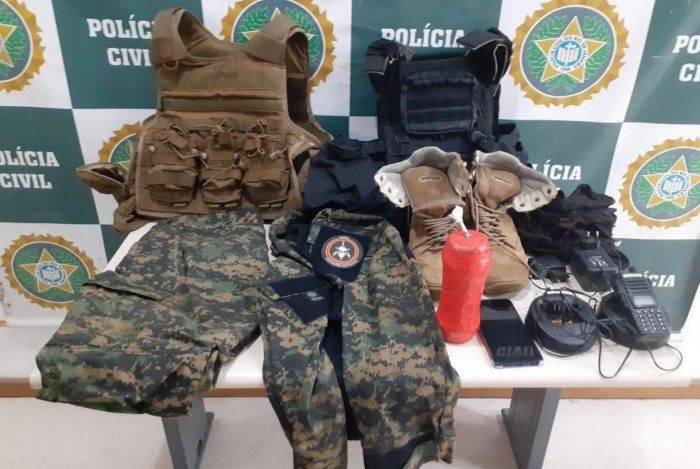 (Arquivo) Em uma das operações, policiais encontram fardas semelhantes as do BOPE em área de milícia