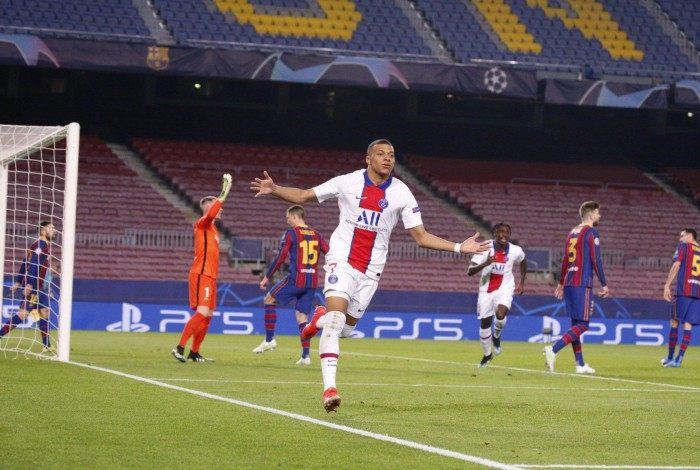 Mbappé comandou a goleada sobre o Barcelona e ficou com a bola do jogo pelos três gols marcados no Camp Nou