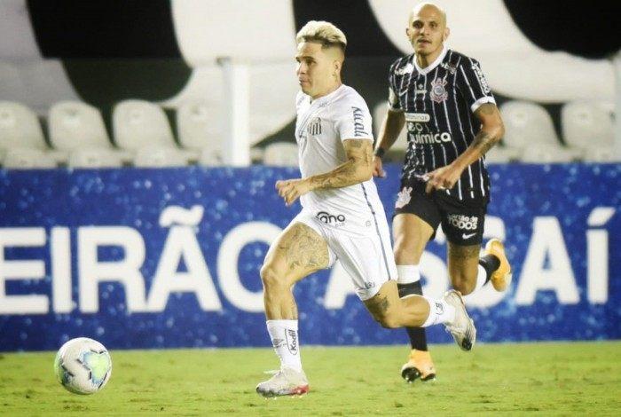 Soteldo e Fábio Santos disputam a bola em Santos x Corinthians