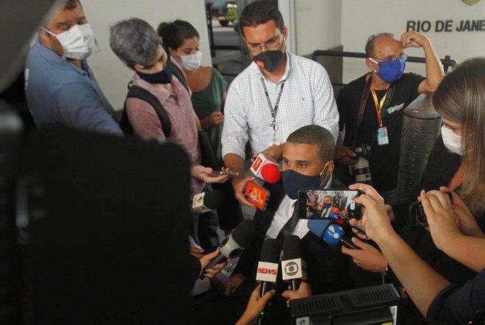 André Rios, advogado do deputado Daniel Silveira, fala com a imprensa na sede da PF, no Rio