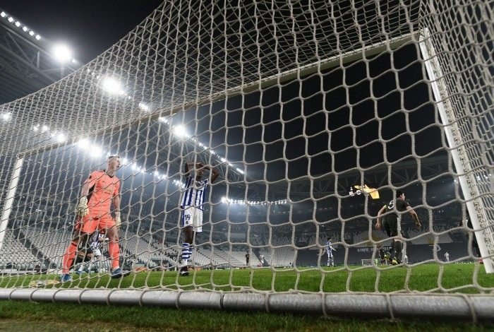 Real Sociedad's Swedish forward Alexander Isak (C) reacts after missing a goal opportunity during the UEFA Europa League round of 32 first leg football match between Real Sociedad and Manchester United at the Juventus stadium in Turin on February 18, 2021. (Photo by Marco BERTORELLO / AFP)