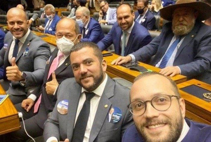 Silveira posa ao lado de outros integrantes do PSL durante votação para presidência da Câmara