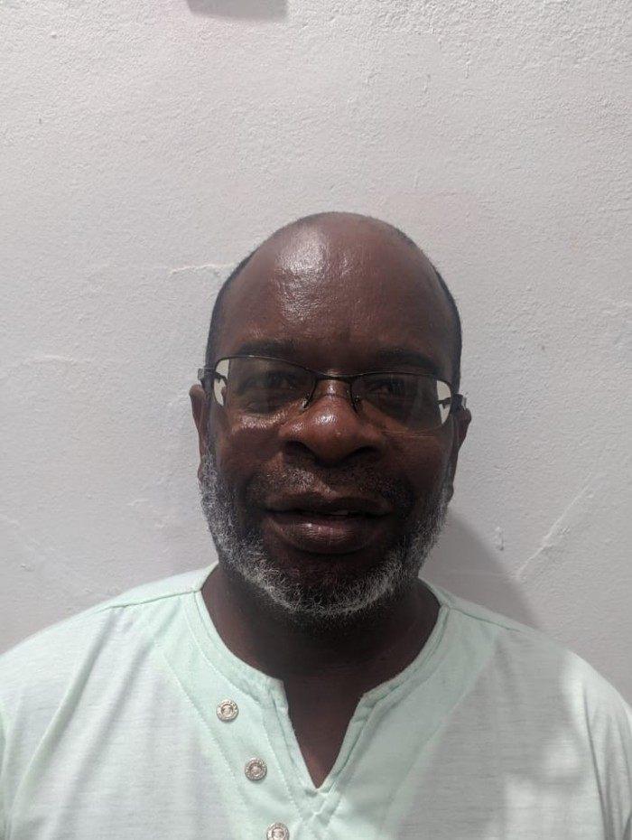 Jairo dos Santos Silva, conhecido como pastor Jairo, tem 53 anos, é nascido e criado no Morro do Sapo, no Complexo da Mangueirinha - Coluna Zé do Caroço