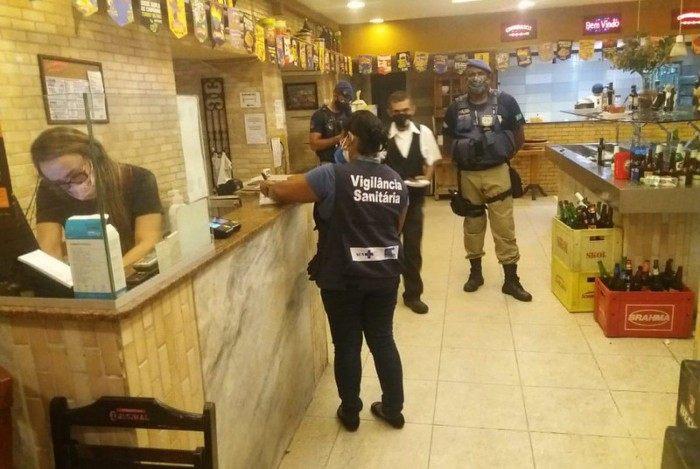 Agentes da Prefeitura do Rio atuaram na fiscalização de estabelecimentos pela cidade