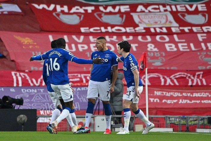Richarlison celebra com os companheiros o gol sobre o Liverpool