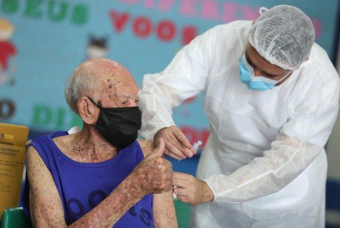 Imunização de idosos a partir de 90 anos aconteceu até sábado (20)