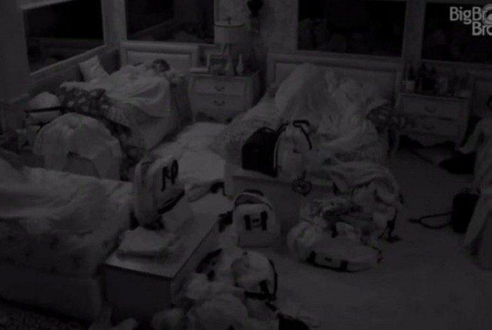 Carla Diaz e Arthur namoram no quarto, mas atriz faz pedido inusitado