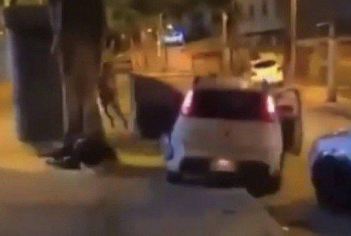 O carro atropelou duas pessoas