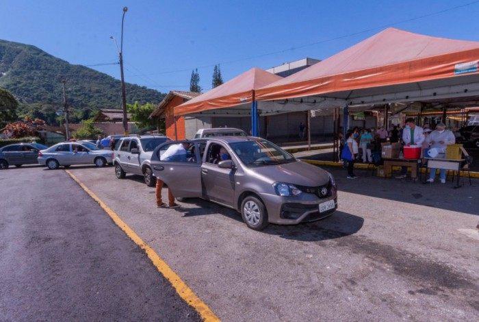 Vacina contra Covid-19 continua a ser aplicada em sistema drive-thru em Teresópolis