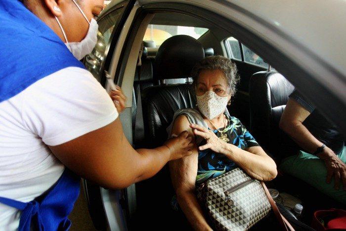 Vacinação no drive-thru no Engenhão, na Zona Norte do Rio