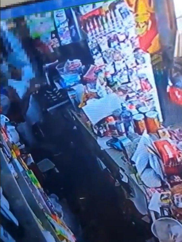 Policiais do 29° BPM (Itaperuna) que atuam na 2ª Cia foram à Avenida Governador Roberto Silveira verificar informação sobre um furto no Centro de Bom Jesus do Itabapoana, no Noroeste Fluminense. .