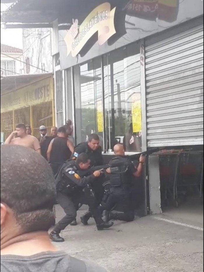 PMs do 40º Batalhão de Polícia Militar tentam resgatar reféns de dentro de estabelecimento em Campo Grande