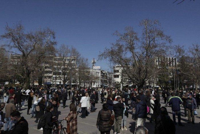 Assustados com o terremoto, moradores de cidade grega saíram de suas casas e foram até a praça central