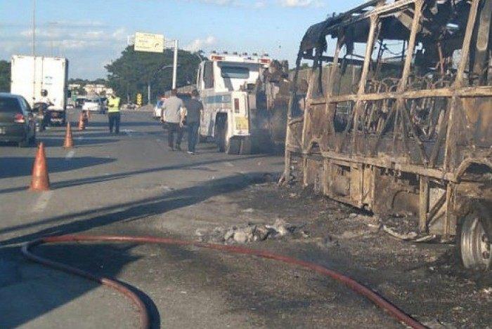 Ônibus pega fogo e interdita Linha Amarela