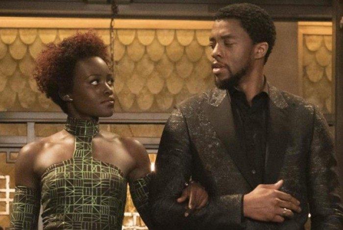 Lupita Nyong'o e Chawick Boseman em Pantera Negra