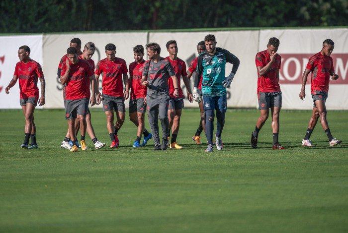 Mauricio Souza junto com os jogadores no treino do Flamengo