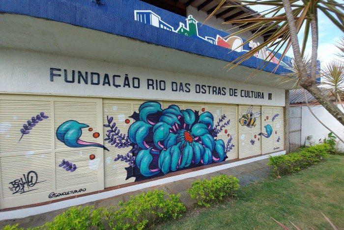 Obra do artista Binho Ribeiro decora a fachada da Fundação Rio das Ostras de Cultura