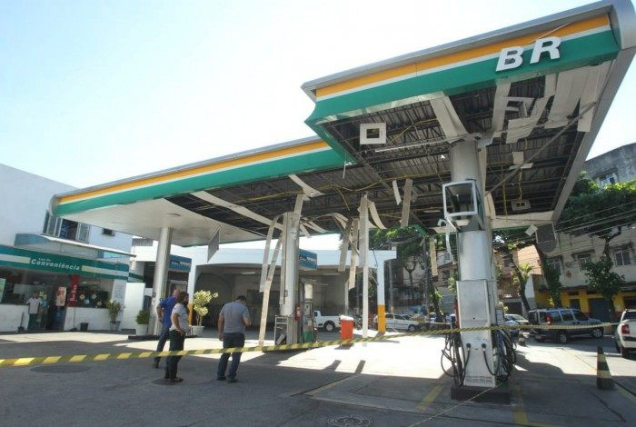 Criminosos detonam explosivo em posto de gasolina, em Quintino
