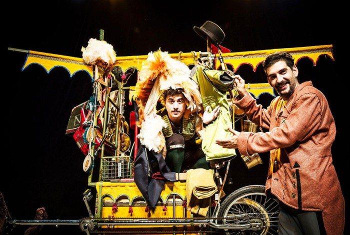 No espetáculo, Carrilhão fala dos mercadores de todos os tempos e lugares, mostrando mascates de hoje, de ontem e de manhã